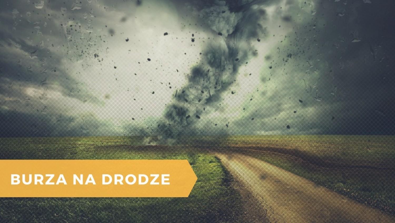 Gdy burza, która zastała nas w czasie podróży nasila się i jest bardzo gwałtowna należy zjechać na pobocze lub parking i włączyć światła awaryjne