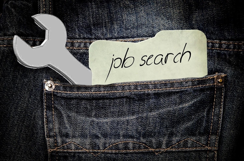 Zasiłek dla bezrobotnych to świadczenie, które przysługuje wyłącznie osobom zarejestrowanym w powiatowym urzędzie pracy i posiadającym status osoby bezrobotnej