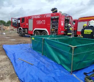 Gm. Kaźmierz. Strażacy interweniowali w związku z pożarem składowiska odpadów