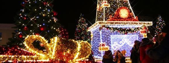 Świąteczne iluminacje rozświetlające w grudniu stołeczne ulice to już tradycja. W tym roku warszawskie deptaki rozbłysną już po raz 10. W dniu rozpoczęcia tegorocznej iluminacji, miasto przyszykowało szereg atrakcji towarzyszących temu wydarzeniu. Szczegóły w artykule poniżej.