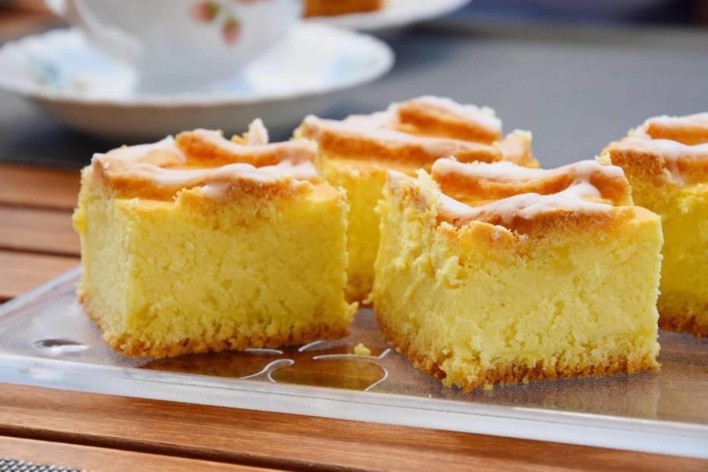Tradycyjna masa ze zmielonego sera, o aromacie pomarańczowym, na kruchym spodzie, z krateczką z ciasta na wierzchu i odrobiną lukru - takim pysznościom ciężko się oprzeć