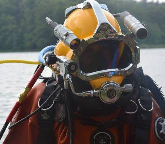Samochód zatonął w rzece na granicy Imielina i Jaworzna. Trwa akcja nurków