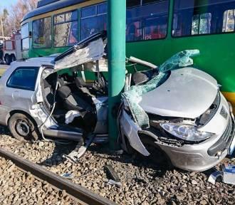 Poznań: Wypadek na Ratajach. Auto wjechało pod tramwaj MPK na Zamenhofa [ZDJĘCIA]