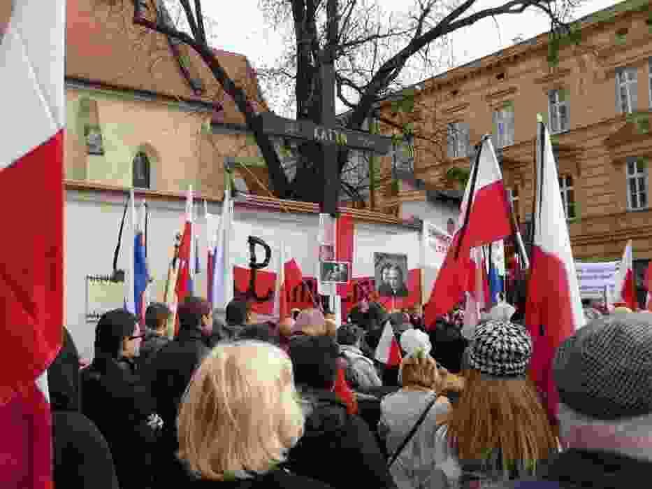 Poranny marsz pamięci pod Krzyżem katyńskim w Krakowie