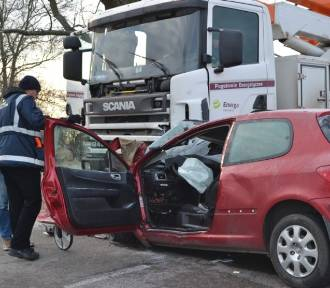 Wypadek w Cyganku. Samochód wjechał pod podnośnik [ZDJĘCIA, WIDEO]
