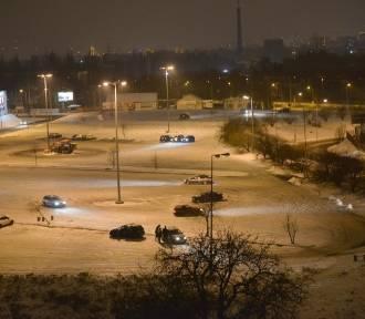 Amatorzy jazdy w poślizgu driftują na parkingu hipermarketu [FILM, zdjęcia]