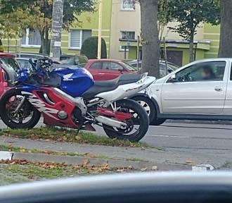 Na ul. Przyjaciół Ronda w Szczecinie samochód zderzył z motocyklem