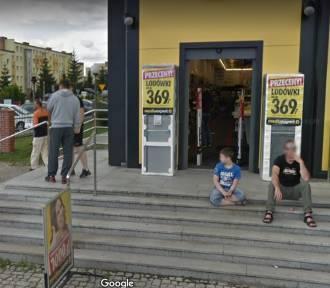 Mieszkańcy na zakupach okiem Google Street View. Zobacz, kto dał się przyłapać!