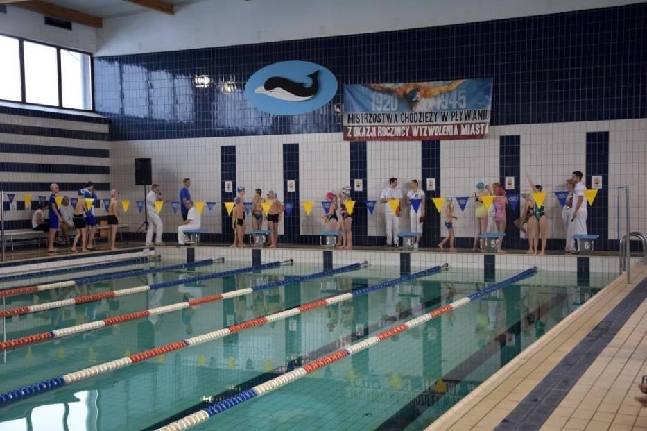 Zawody na pływalni Delfin z okazji rocznicy wyzwolenia Chodzieży - zdjęcia z 2018 roku