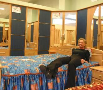 20 lat temu tak mieszkaliśmy: kanapa w skórze, stół ze szklanym blatem