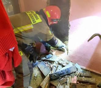 Pożar w budynku w Grabiku. Ukryty ogień tlił się w ścianie obok pieca!