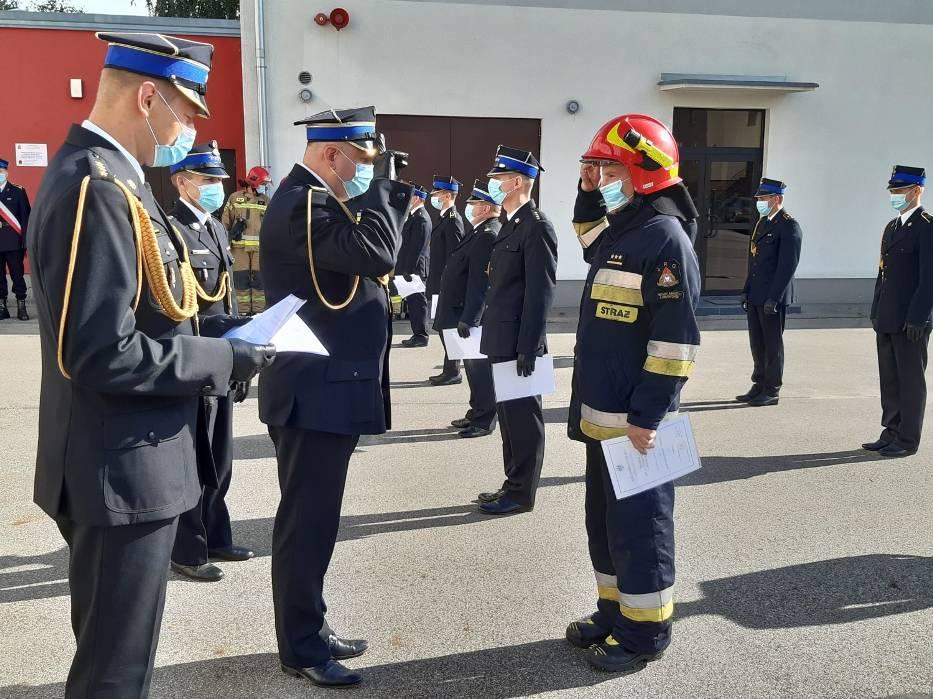 Ośmiu strażaków z Państwowej Straży Pożarnej w Nowym Mieście Lubawskim otrzymało wyższe stopnie służbowe