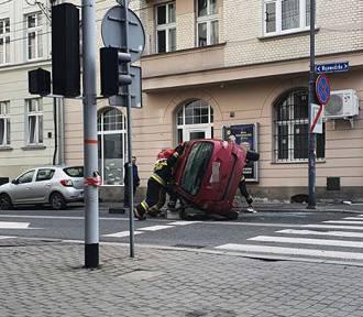 Samochód dachował w centrum Katowic. Nie zaczekał na czerwonym?