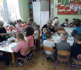 Podopieczni dziennego domu Senior-Wigor w przedszkolu samorządowym