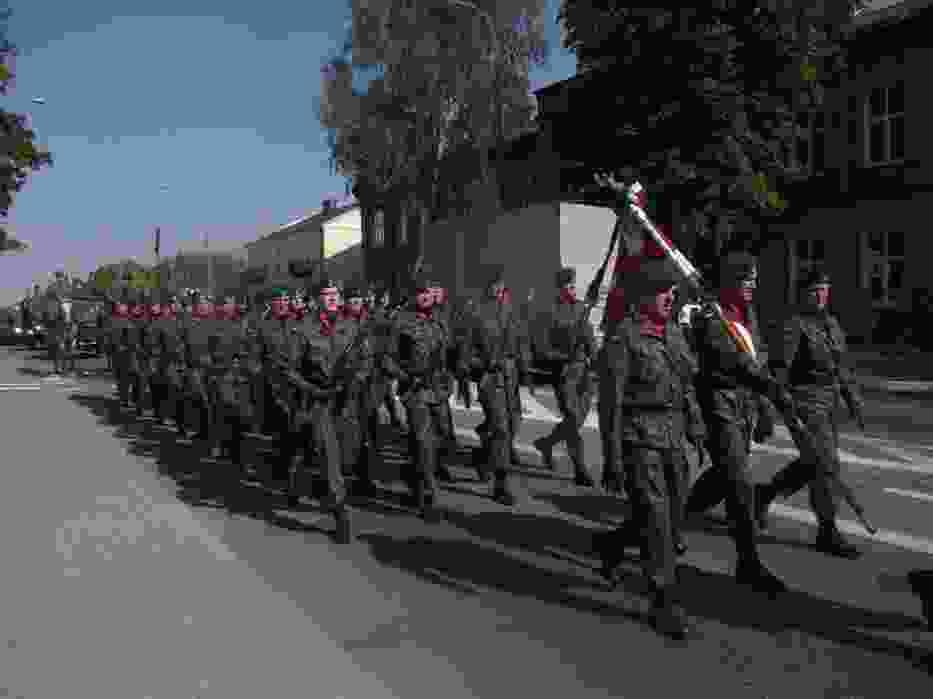 Przemarsz żołnierzy i przejazd pojazdów ulicami miasta