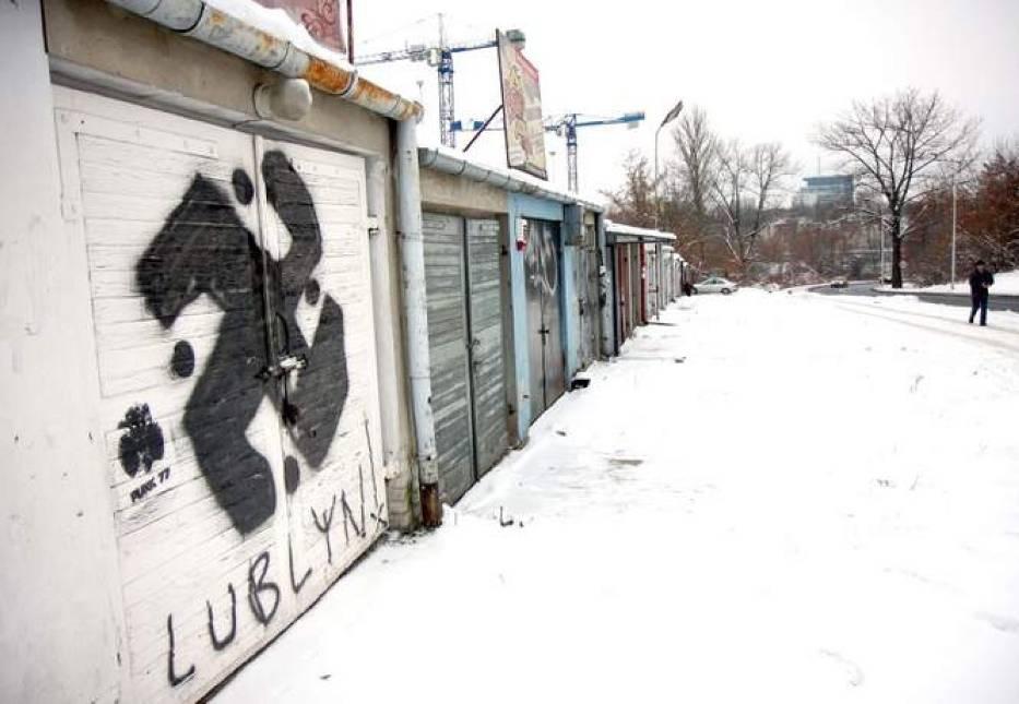 Znak na garażu przy Ul. Spadochroniarzy. Policja: To nie swastyka, to krzyż maltański