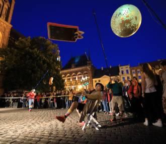 """Festiwal Teatrów Ulicznych: """"Telephone love party"""" na Rynku Staromiejskim w Toruniu [ZDJĘCIA]"""