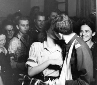 """Warszawiacy w Powstaniu. Jak wyglądało """"zwyczajne"""" życie w sierpniu 1944? [ZDJĘCIA]"""