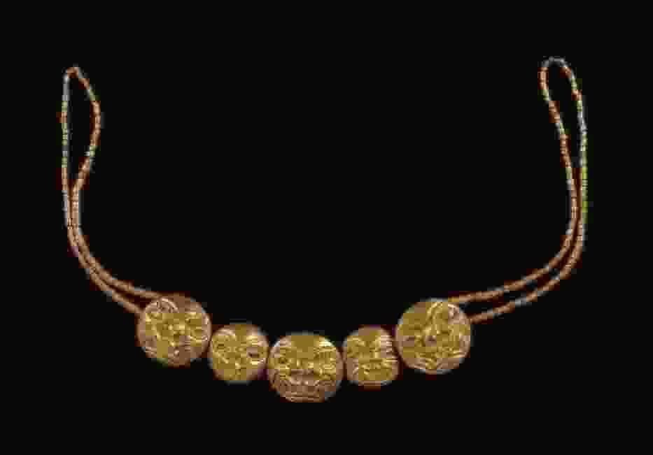 Złoty naszyjnik z Mochica przedstawiający kocie głowy