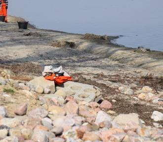Inspektorzy WIOŚ w Gdańsku pobrali próbki i będą analizowali wodę Zatoki Puckiej