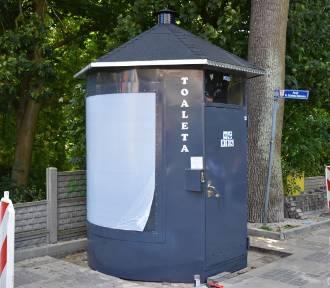 Przy wejściu do parku w Sławie stanęła nowa, publiczna toaleta ze stali nierdzewnej