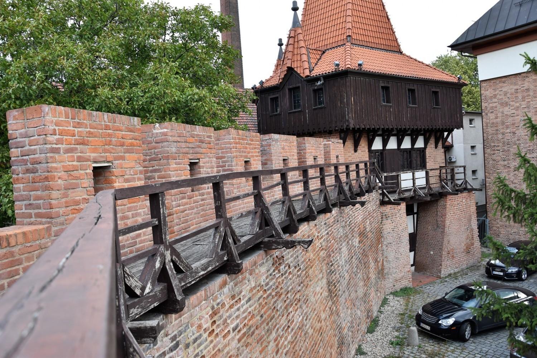 Podest i balustrada na murach obronnych Opola są w złym stanie