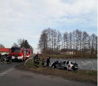 W gminie Błaszki auto wpadło do stawu