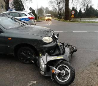 Wypadek w Sztutowie. Samochód uderzył w skuter, jedna osoba trafiła do szpitala