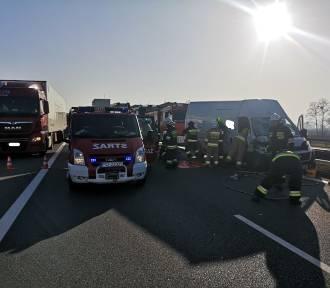 PILNE! Wypadek na A2 pod Bukiem. Bus uderzył w tira [ZDJĘCIA]