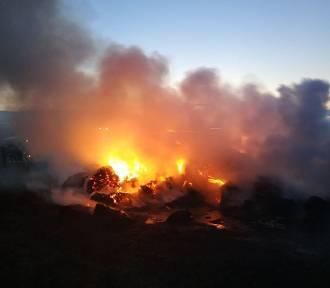 Było niebezpiecznie. Kilka jednostek straży gasiło pożar łąki i sterty słomy ZDJĘCIA