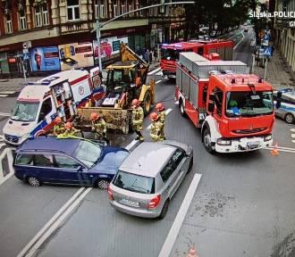 Gliwice: Zderzenie dwóch osobówek i koparko-ładowarki