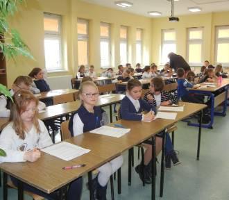 """Uczniowie 16 szkół powiatu gdańskiego zmierzyli się z testem w konkursie czytelniczym """"Z książką"""