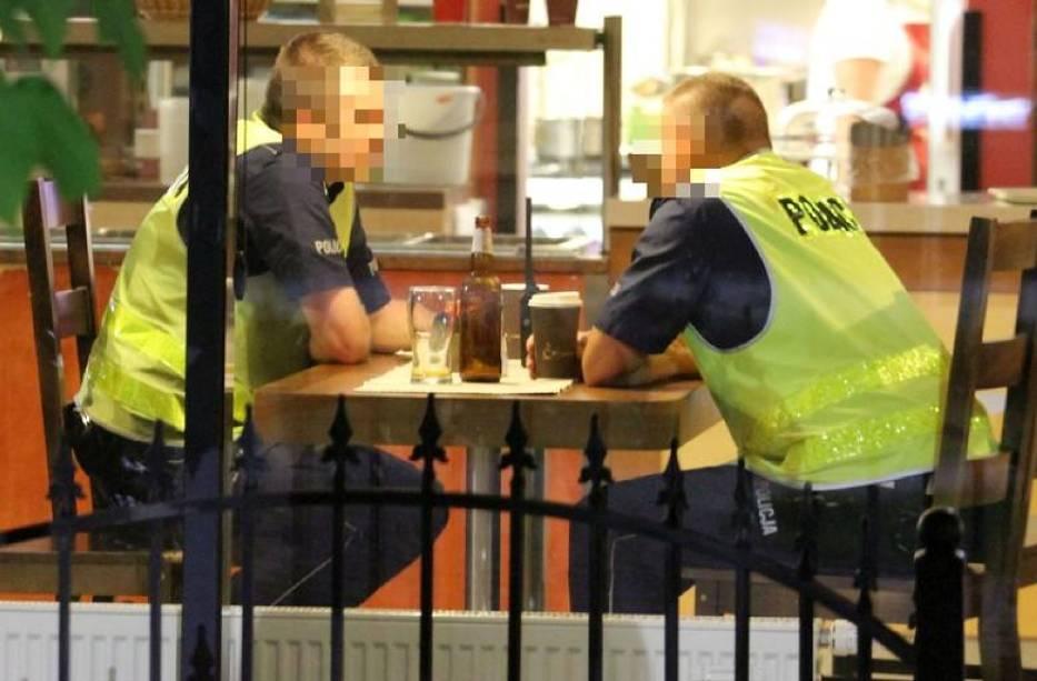 Można było odnieść wrażenie, że policjanci piją piwo na służbie