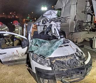 Poważny wypadek w Gdyni. Naczepa przewróciła się na samochody osobowe