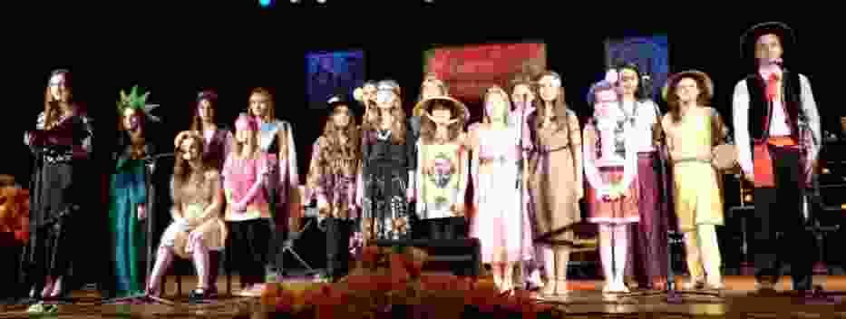 """""""Kolorowe dzieci"""" - program artystyczny w wykonaniu uczniów szkoły-jubilatki został nagrodzony  przez publiczność burzą braw"""