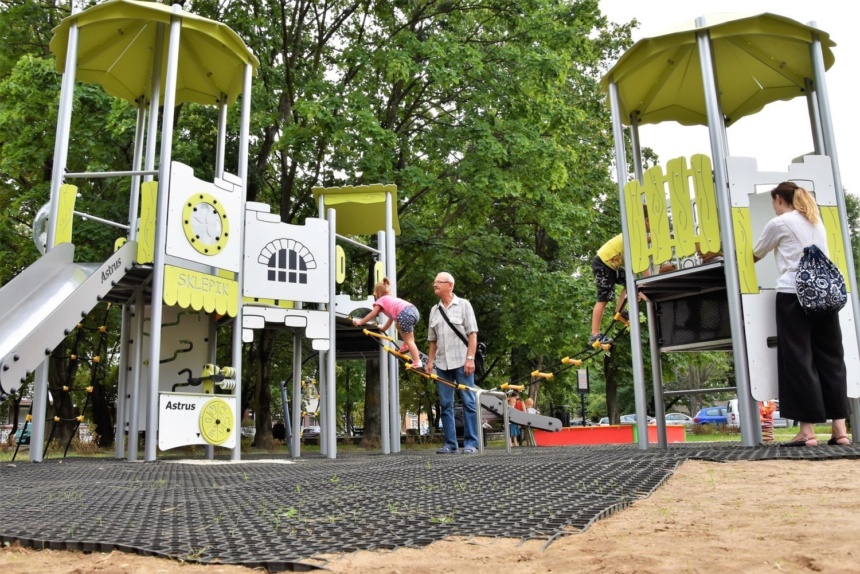 Nowy plac zabaw w Opolu powstał na terenie u zbiegu ulic Pułaskiego i Waryńskiego