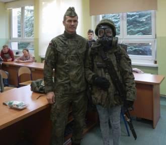 """""""Ciekawe zawody"""". Żołnierze odwiedzili uczniów szkoły w Białobłotach"""