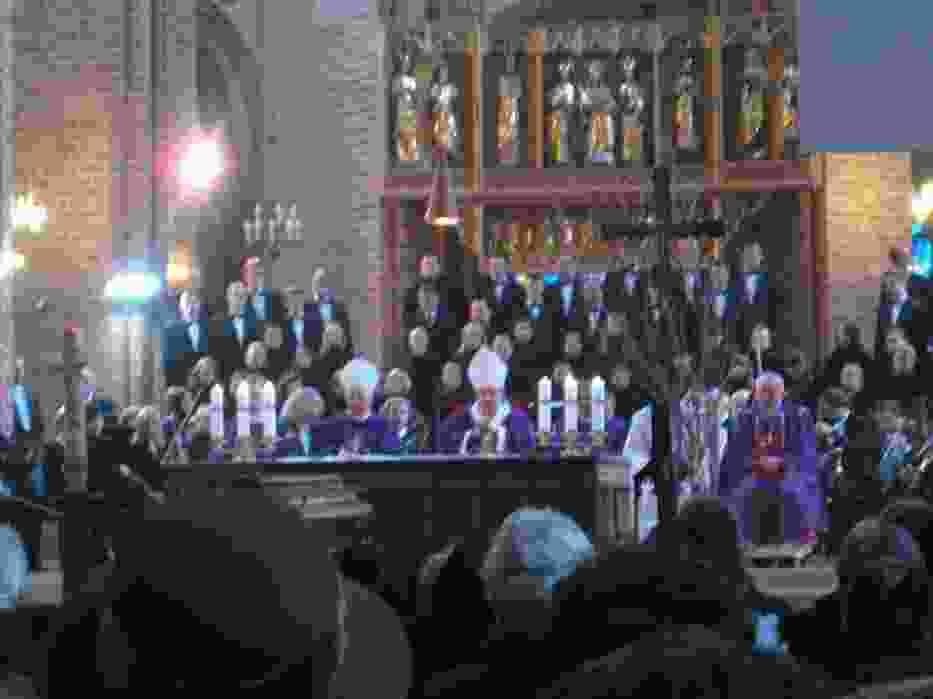 Koncelebracja nabożeństwa pożegnalnego z udziałem chóru i orkiestry