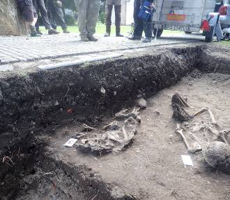 Ekshumacje w Białej Nyskiej. Archeolodzy odnaleźli tu groby żołnierzy z II wojny światowej