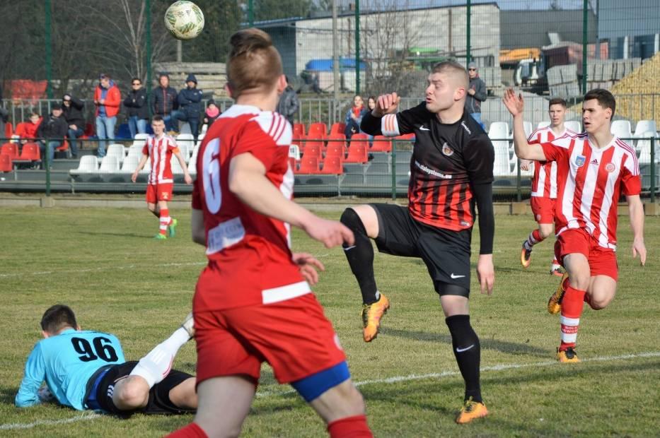 Kacper Mioduszewski zebrał piłkę składającemu się do strzału Krzysztofowi Pietluchowi
