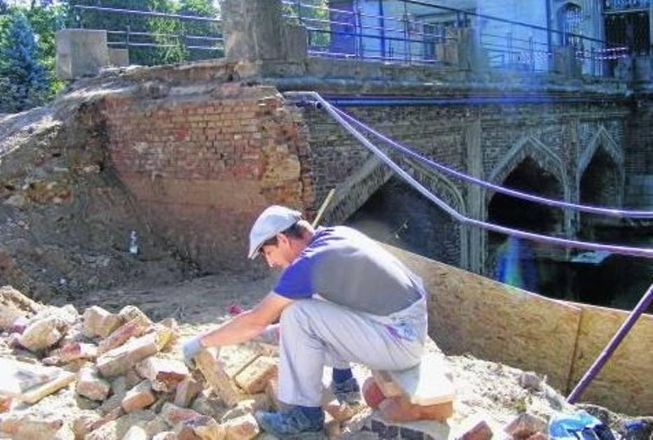 Robotnicy sprawdzą wytrzymałość każdej cegły wyjętej z konstrukcji mostu