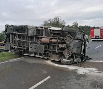 Wypadek na autostradzie A4. Osobówka zderzyła się z busem