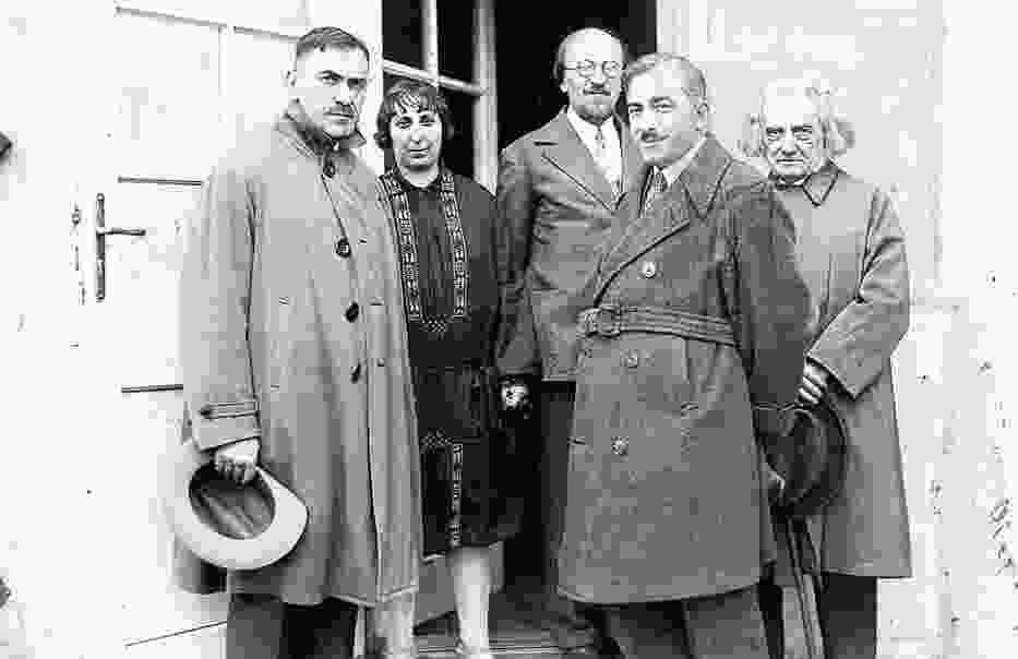 Jadwiga Migowa w otoczeniu kolegów literatów w 1933 roku