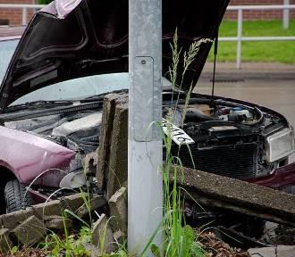 Wałbrzych: Wypadek z udziałem 13-letniego kierowcy. Samochód uderzył w mur na 1 Maja ( ZDJĘCIA)