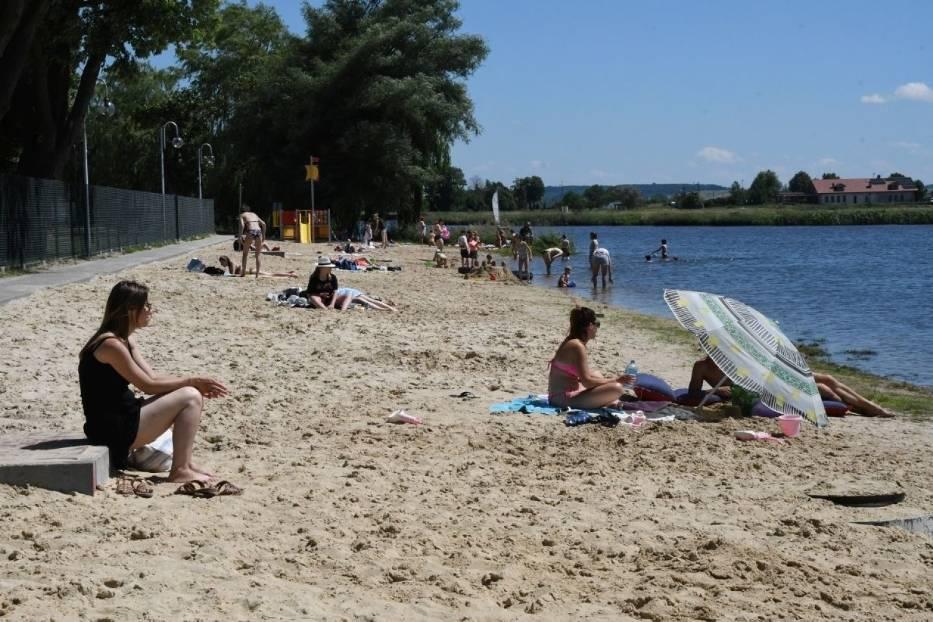 Mnóstwo ludzi na kąpielisku w Pińczowie! Ratownicy rozpoczynają pracę