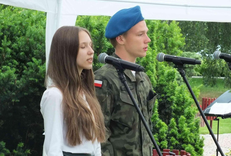 """Patriotyczne i partyzanckie śpiewanie przy Skwerze """"Halnego"""" w Starachowicach [ZDJĘCIA]"""