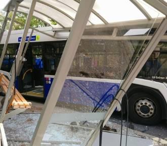 Autobus MPK wjechał w przystanek tuż przy szkole