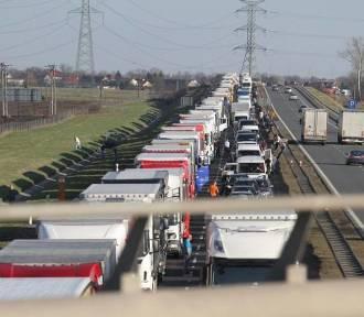 Autostrada A4 zablokowana! Zapadła się jezdnia, 10 aut z urwanymi kołami!