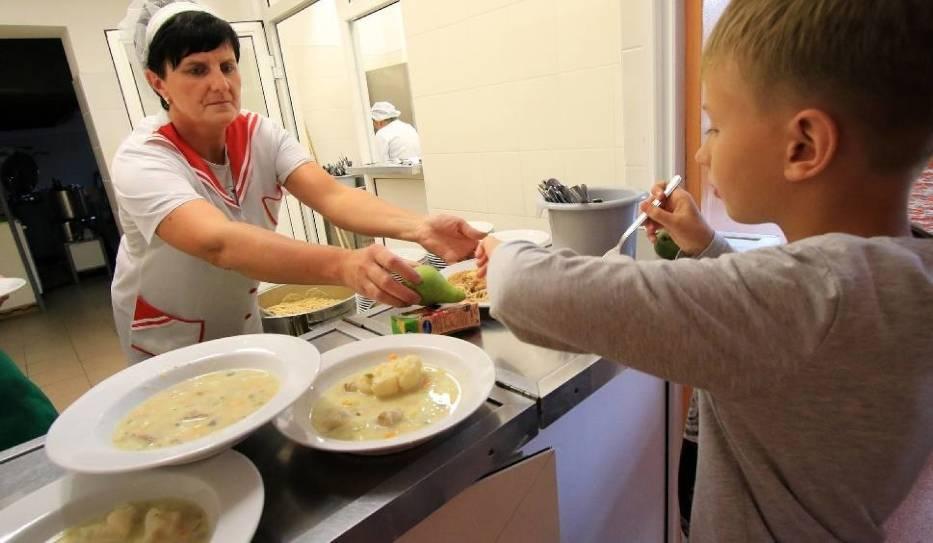 Na obiady dla jednego dziecka rodzice wydadzą, zależnie od jadłospisu i stawki ustalonej przez szkołę, przeważnie do 60 złotych miesięcznie