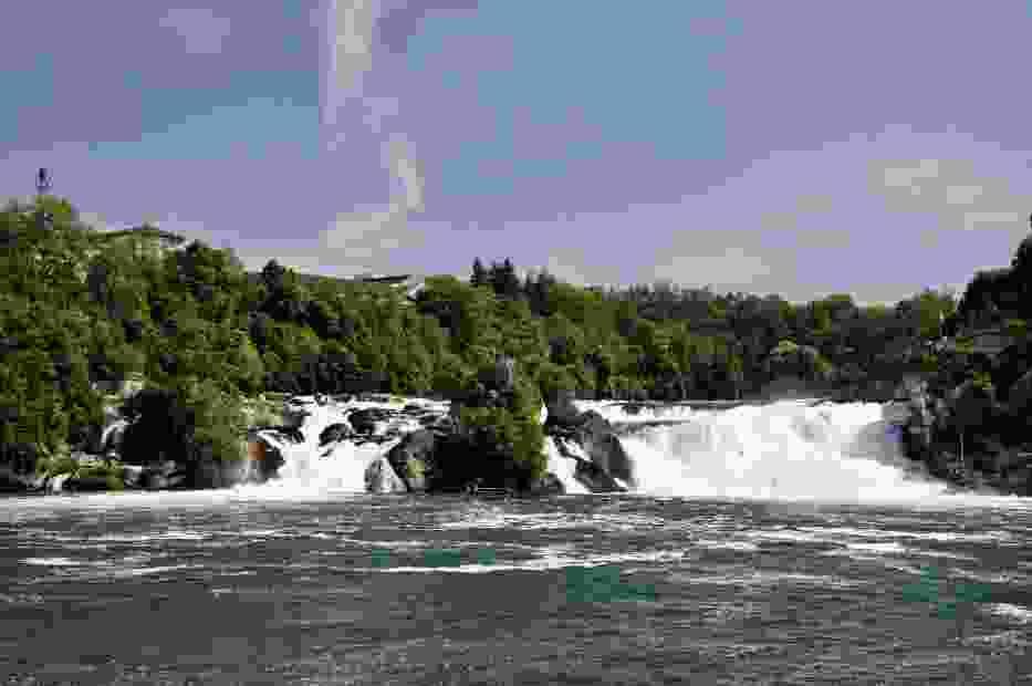 Szerokość wodospadu na Renie wynosi 150 metrów a wysokość 23 metry